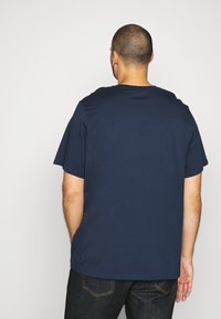 Levi's® Plus - BIG GRAPHIC TEE - T-shirt print - dress blues - 2