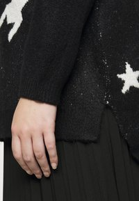 CAPSULE by Simply Be - COSY BOYFRIEND HOUNDSTOOTH STAR JUMPER - Jumper - black/ivory - 5