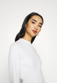 Glamorous - JUMPER WITH LONG SLEEVES HIGH NECK AND CUT OUT BACK - Jumper - offwhite - 3