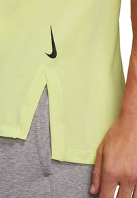 Nike Performance - SHORT SLEEVE - Basic T-shirt - limette - 2