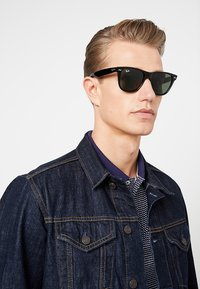 Ray-Ban - ORIGINAL WAYFARER - Sunglasses - black