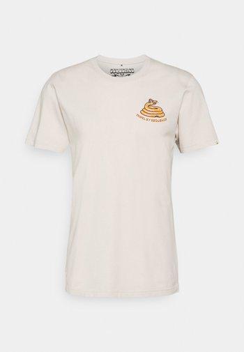 SEQUENCE X TIWEL TREAD ON - Print T-shirt - casweh