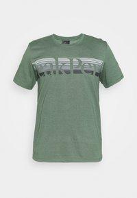 Peak Performance - EXPLORE TEE - T-shirt z nadrukiem - alpine tundra - 3