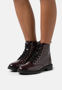 New Look Wide Fit - WIDE FIT DIGGER LACE UP - Šněrovací kotníkové boty - dark red - 0