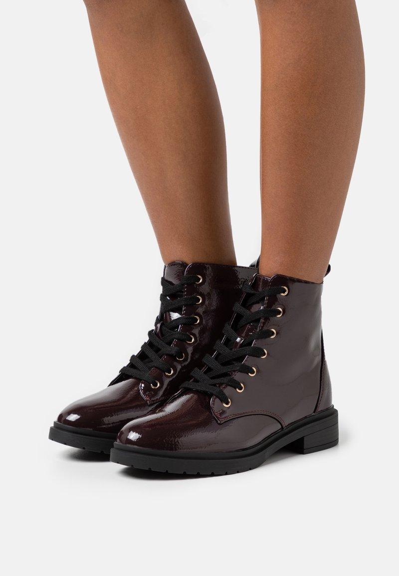 New Look Wide Fit - WIDE FIT DIGGER LACE UP - Šněrovací kotníkové boty - dark red