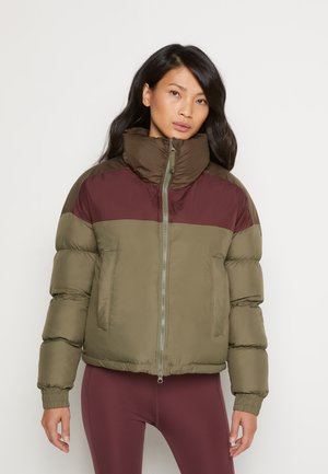 PIKE LAKE™ CROPPED JACKET - Giacca invernale - stone green/malbec/olive green