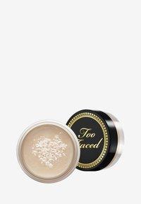 Too Faced - TRAVEL SIZE BTW LOOSE SETTING POWDER - Setting spray & powder - - - 2