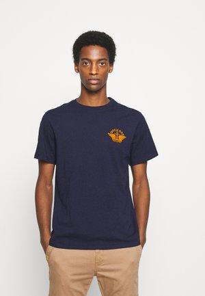 LOGO TEE - Print T-shirt - pembroke/dark ginger