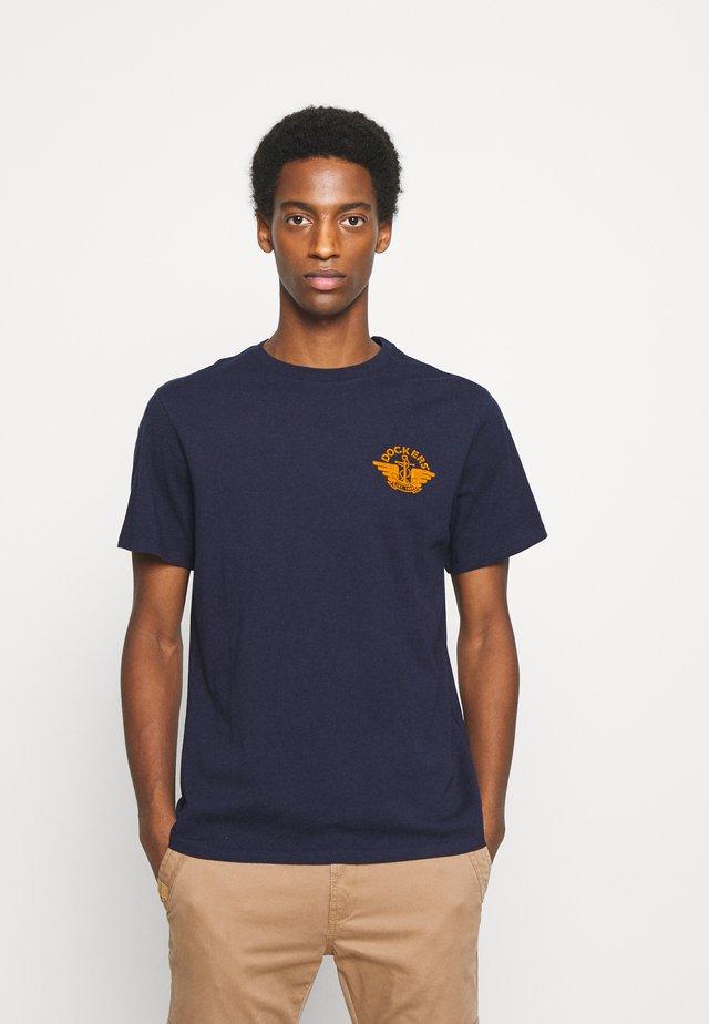 LOGO TEE - T-shirt imprimé - pembroke/dark ginger