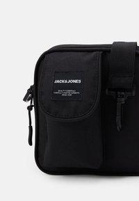 Jack & Jones - JACSQUARE BUMBAG - Ledvinka - black - 3