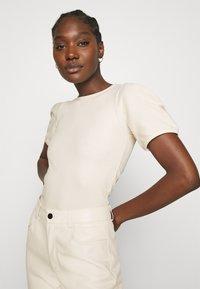 Carin Wester - TOP SHELL - T-shirt basic - sandshell - 3