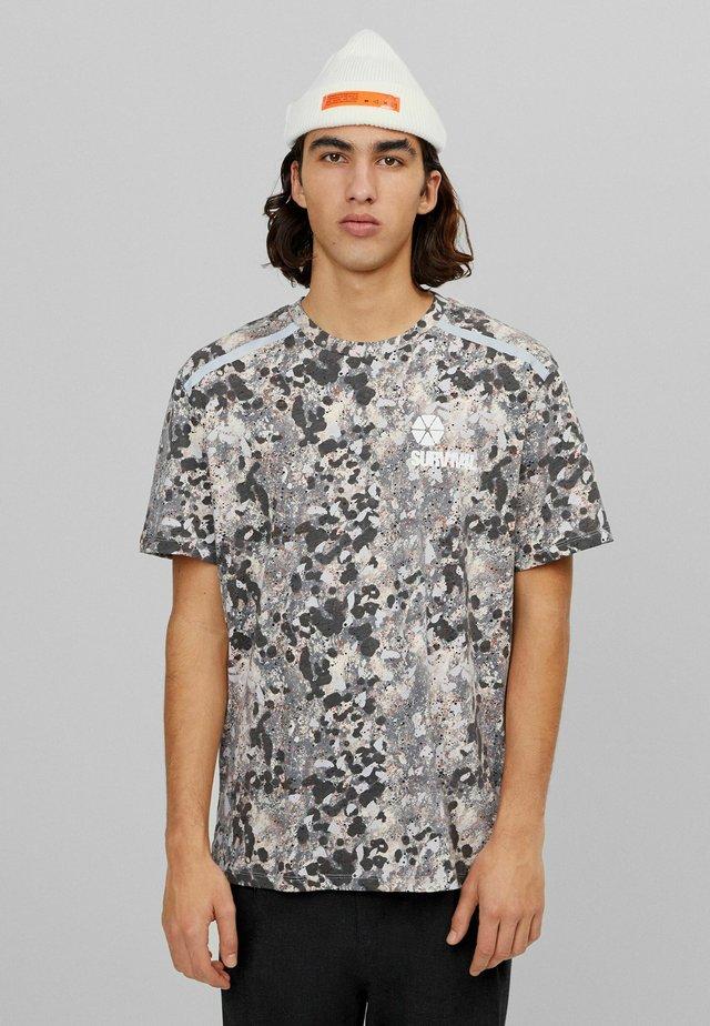 MIT REFLEKTIERENDEN DETAILS - T-shirt imprimé - beige