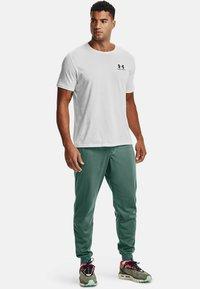 Under Armour - SPORTSTYLE - Pantalon de survêtement - toddy green - 1