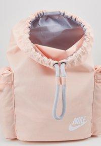 Nike Sportswear - HERITAGE - Batoh - washed coral/sky grey/white - 4