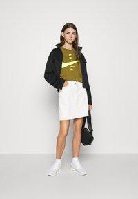 Nike Sportswear - T-shirt imprimé - olive flak/volt - 1