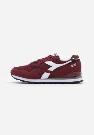 N.92 - Sneaker low - violet prune
