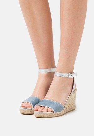 YAMINA - Sandały na platformie - jeans/plata