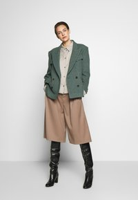 Vivienne Westwood Anglomania - GRAND HOTEL - Blazer - grey/green - 1