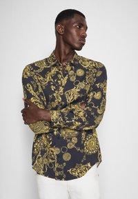 Versace Jeans Couture - PRINT REGALIA BAROQUE - Shirt - nero/oro - 5