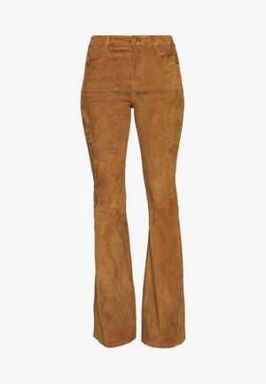 LE HIGH FLARE - Trousers - saddle