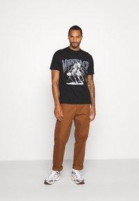 Mennace - LIGHTNING FAST TEE - T-shirt med print - black - 1