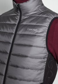 Calvin Klein - ESSENTIAL SIDE LOGO VEST - Vesta - medium charcoal - 4