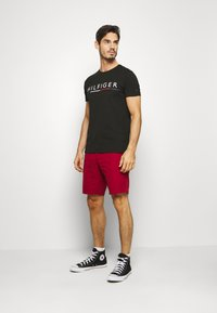 Tommy Hilfiger - GLOBAL STRIPE TEE - T-shirt imprimé - black - 1