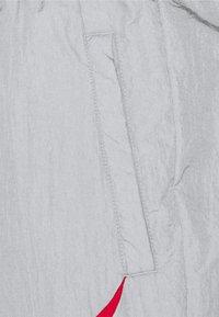 Nike Sportswear - PANT - Teplákové kalhoty - light smoke grey/photon dust/white/university red - 2