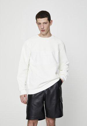 MIT TEXTFELD UND SLOGAN  - Sweatshirt - white