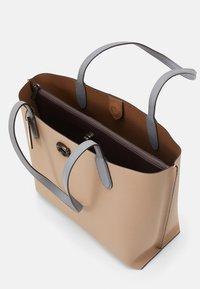 Coach - COLORBLOCK WILLOW TOTE - Handbag - taupe multi - 4
