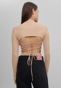Bershka - MIT SCHULTERPOLSTERN - Long sleeved top - beige - 2