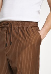 New Look - PIN STRIPE PULL ON - Broek - stone - 4