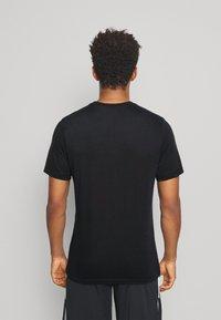 Jordan - AIR CREW - Print T-shirt - black/infrared - 2
