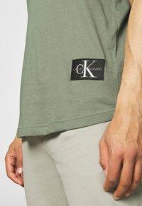 Calvin Klein Jeans - BADGE TURN UP SLEEVE - T-shirt basic - duck green - 3