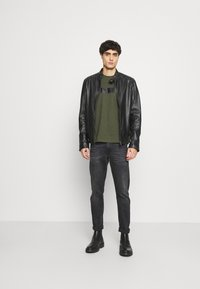 Calvin Klein - BOLD STRIPE LOGO - T-shirt con stampa - green - 1