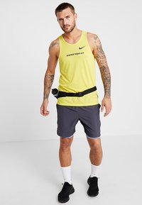 Nike Performance - RISE TANK ARTIST - Funktionströja - chrome yellow/obsidian/reflective silver - 1