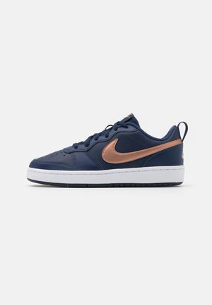 COURT BOROUGH  - Zapatillas - midnight navy/metallic red bronze/white