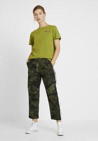Champion Reverse Weave - SMAL SCRIPT CREWNECK  - Print T-shirt - khaki - 1