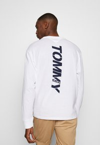 Tommy Jeans - TJM LONGSLEEVE VERTICAL LOGO TEE - Long sleeved top - white - 2