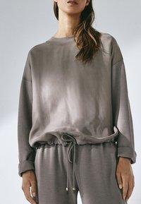 Massimo Dutti - MIT ANPASSBAREM SAUM - Sweatshirt - grey - 5