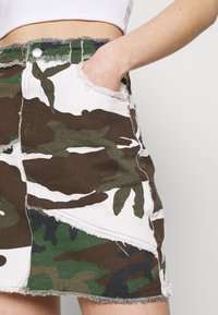 Missguided - CONTRAST CAMO PANEL RAW HEM MINI SKIRT - Mini skirt - khaki - 3