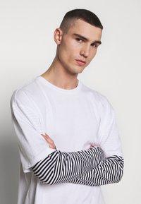 Urban Classics - DOUBLE LAYER STRIPED TEE - Maglietta a manica lunga - white - 3