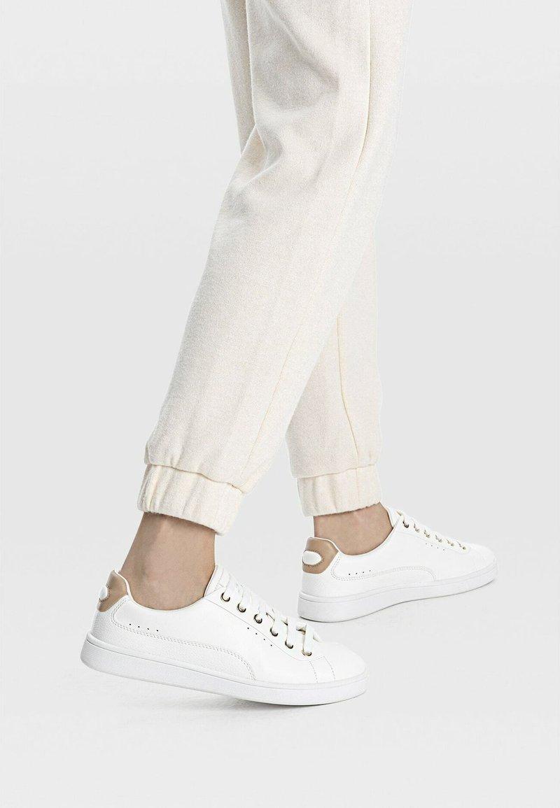 Stradivarius - MIT FERSENDETAIL - Sneakers laag - white