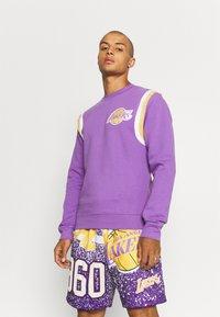Mitchell & Ness - NBA LOS ANGELES LAKERS WARM UP PASTEL CREW - Squadra - purple - 0