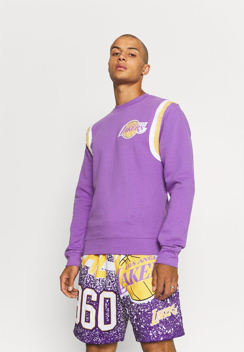 Mitchell & Ness - NBA LOS ANGELES LAKERS WARM UP PASTEL CREW - Squadra - purple