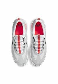 Nike SB - SKATEBOARDSKO NYJAH FREE - Sneakers laag - neutral grey/white/bright crimson/black - 3
