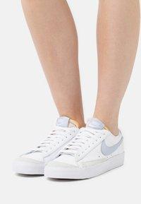 Nike Sportswear - BLAZER '77 - Baskets basses - white/ghost - 0