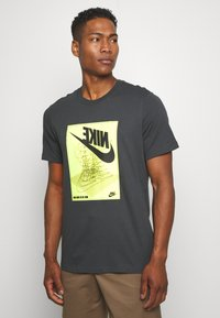 Nike Sportswear - FESTIVAL TEE - Camiseta estampada - smoke grey/ volt - 0