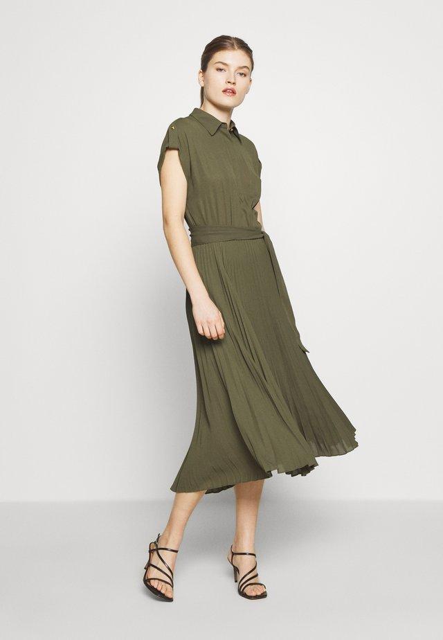 DRAPEY POLY DRESS - Denní šaty - dark sage