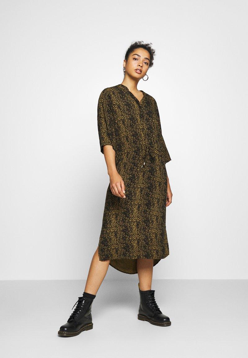 Soaked in Luxury - ZAYA DRESS - Denní šaty - olive